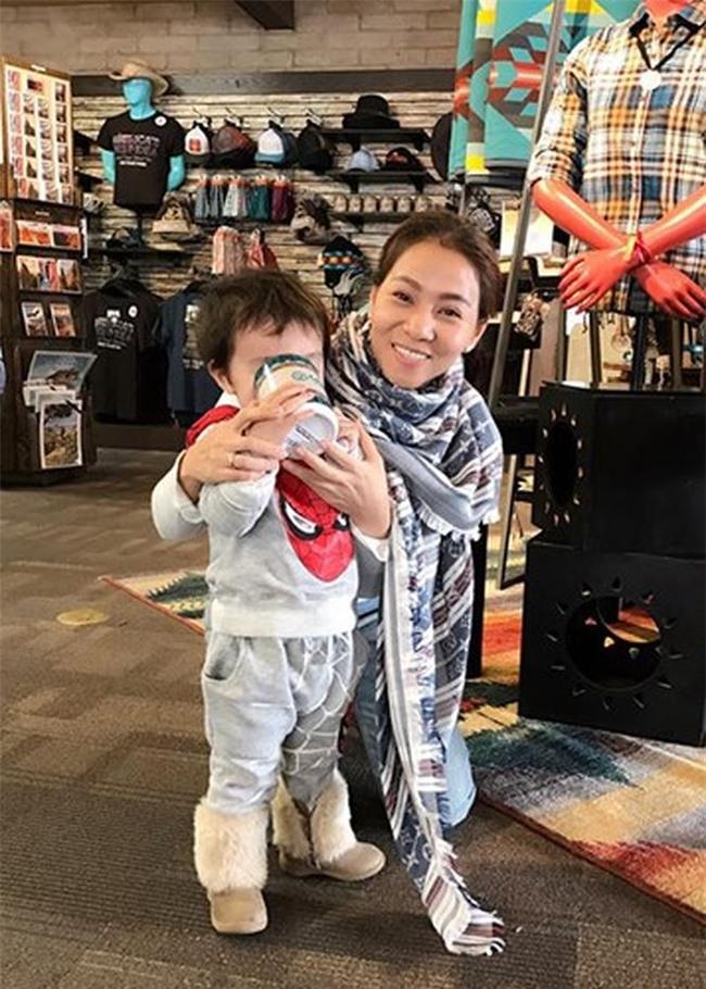 Sau 3 năm úp mở, Bé Gấu - con trai Thu Minh lần đầu lộ diện rõ mặt, lớn phổng phao khi đi diễn cùng mẹ - Ảnh 3.