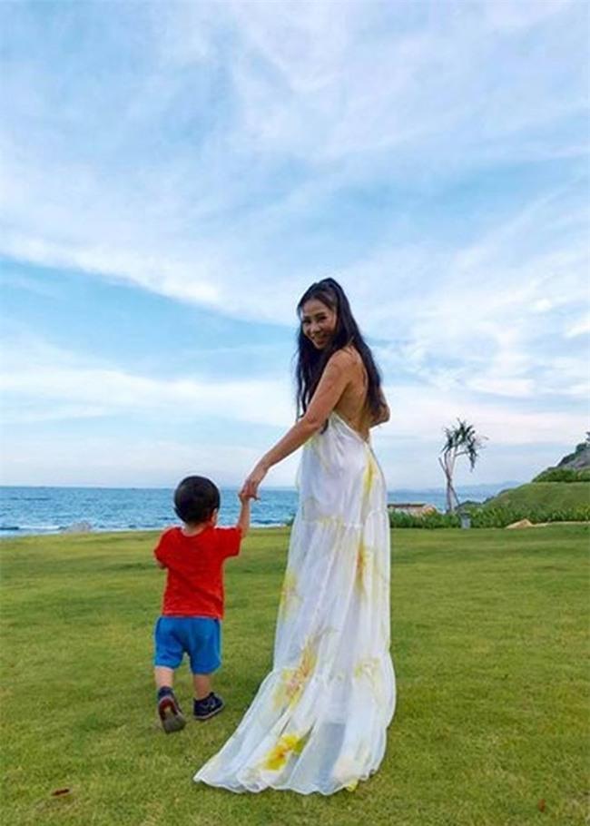 Sau 3 năm úp mở, Bé Gấu - con trai Thu Minh lần đầu lộ diện rõ mặt, lớn phổng phao khi đi diễn cùng mẹ - Ảnh 8.