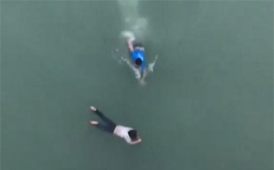 Nghĩ mình biết bơi nên tôi nhảy xuống sông cứu người thôi