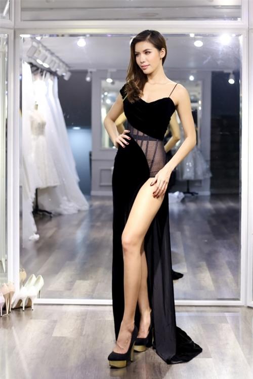 Minh Tú tự tin diện váy xẻ cao không thua kém gì các mỹ nhân khác.