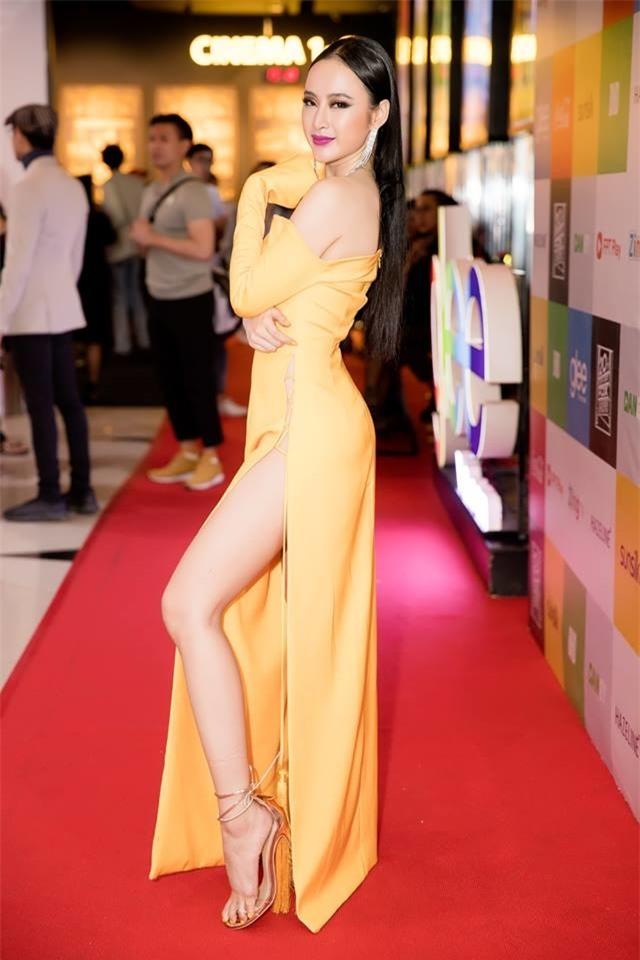 Danh sách này sẽ không thể thiếu Angela Phương Trinh với bộ đầm xẻ cao táo bạo thêm chi tiết khoe lưng trần mà mọi người từng xôn xaotrong thời gian trước đây.