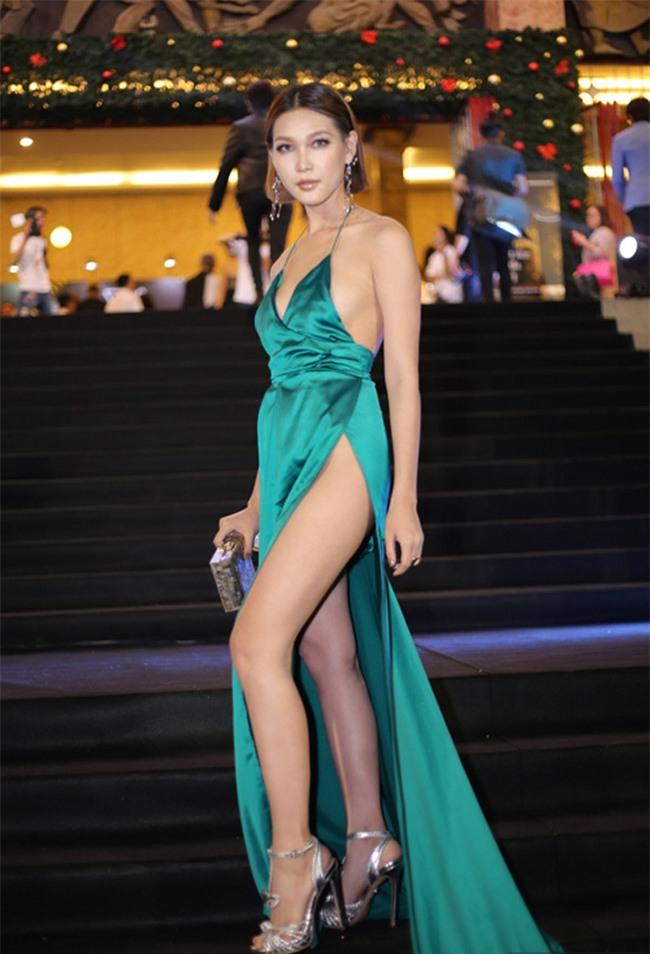 """Diệp Linh Châu khiến người hâm mộ """"nhức mắt"""" khi can đảm diện chiếc váy với đường cắt """"dài thăm thẳm"""" như thế này đây."""