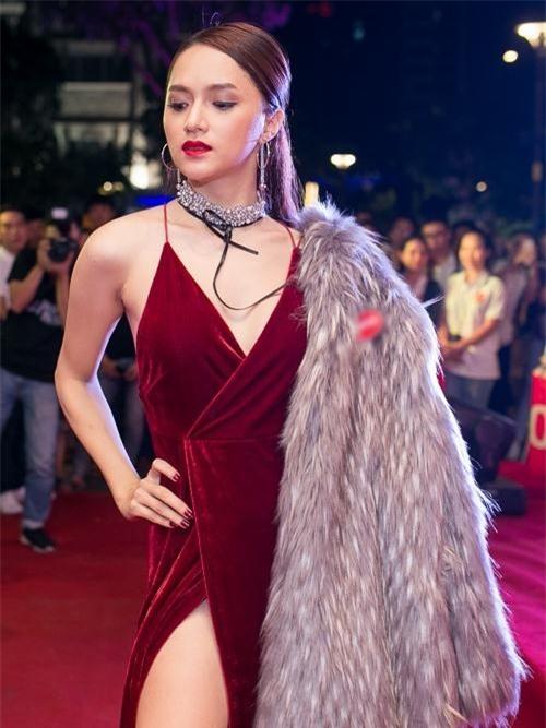"""Hoa hậu Hương Giang từng """"gây sốt"""" khi xuất hiện trên thảm đỏ với những chiếc váy thiết kế đường xẻ táo bạo."""