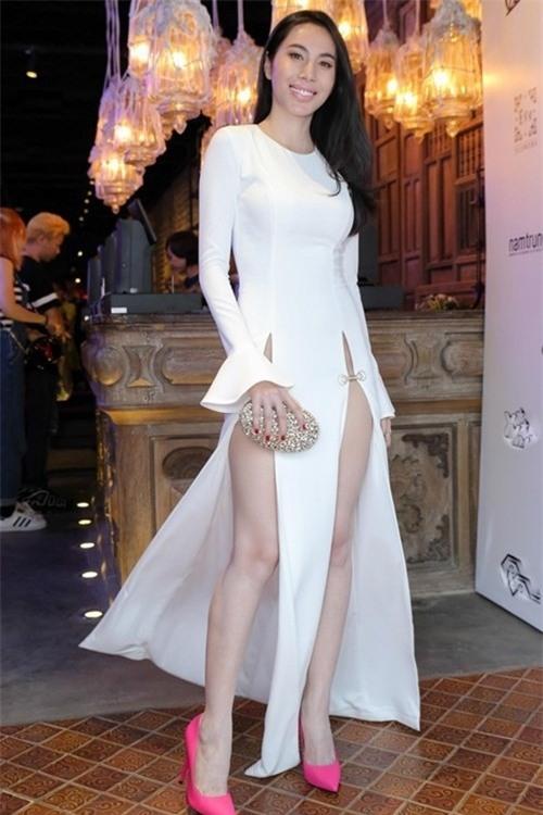 Nữ ca sĩ Thủy Tiên đối mặt với nhiều nhận xét chỉ trích từ phía dư luận khi mặc chiếc váy sexy quá mức khi tham gia một buổi xem thời trang.