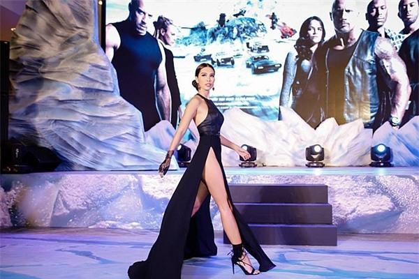 Thót tim với hàng loạt chiếc váy xẻ cao táo bạo của mỹ nhân Việt