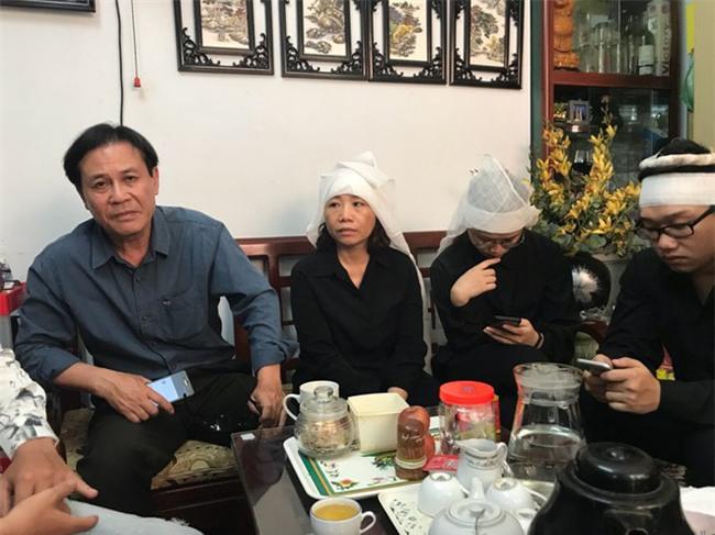 Hà Nội: Nỗi đau của gia đình bảo vệ siêu thị ngã xuống đất tử vong sau khi giằng co chiếc ô che nắng với dân phòng - Ảnh 2.