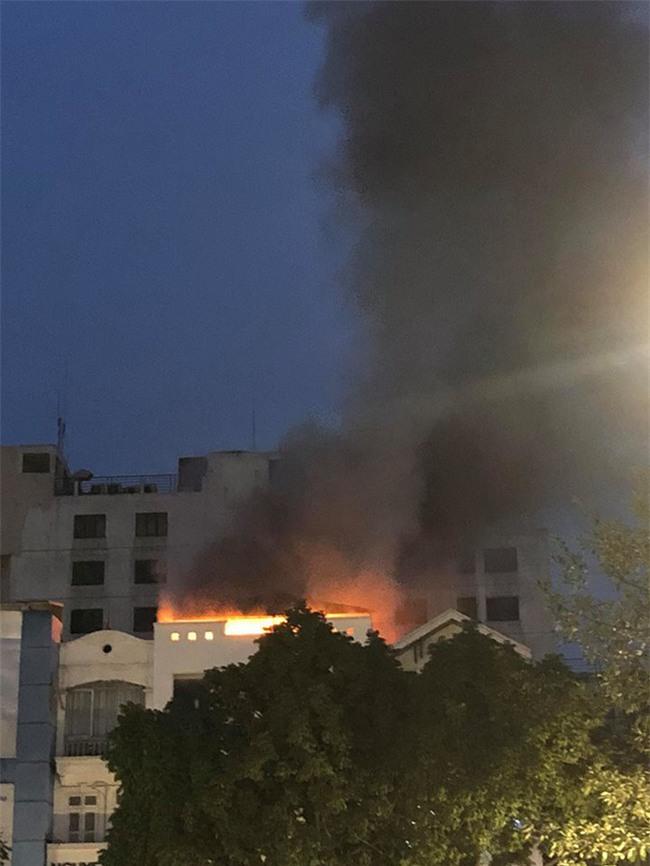 Cửa hàng quần áo trên phố Hà Nội cháy nổ kinh hoàng, nhiều người hoảng loạn