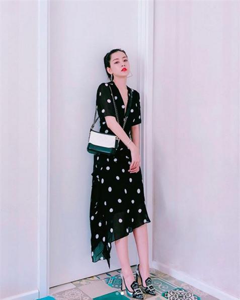 Chi Pu giờ đã biết chăm mặc váy điệu, đi giày cao gót xinh quá đây này - Ảnh 2.