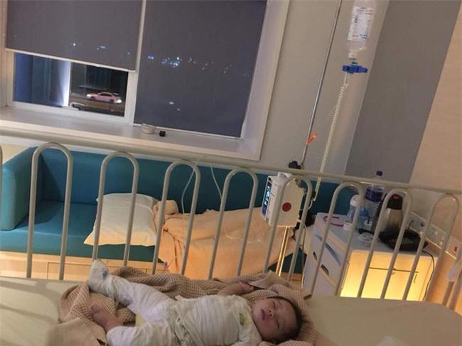 Cậu bé bị nổi ban đỏ, nôn mửa và tiêu chảy nghiêm trọng do uống sữa công thức giả-3