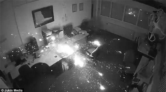 Cắm sạc qua đêm, laptop phát nổ thiêu cháy cả một góc văn phòng - Ảnh 1.