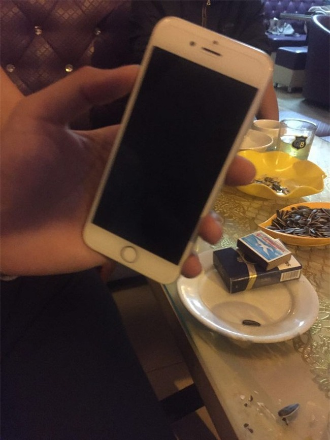 Khách hàng day dứt vì bị camera ghi lại hình ảnh trộm iPhone ngay tại quầy lễ tân - Ảnh 4.