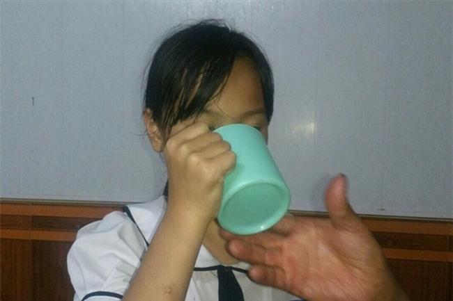 Học sinh lớp 3 bị bắt uống nước giẻ lau bảng: Cô cầm tay em bảo uống thêm nữa - Ảnh 2.