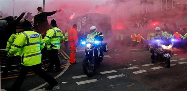 Fan Liverpool ăn mừng trận thắng Man City như thể vô địch - Ảnh 7.