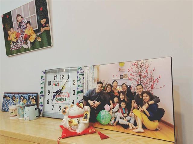 Hoàng Linh in rất nhiều bức hình gia đình để trang trí. Chiếc đồng hồ gắn logo của chương trình Chúng tôi là chiến sĩ cũng hiện hữu trong căn nhà của cô.