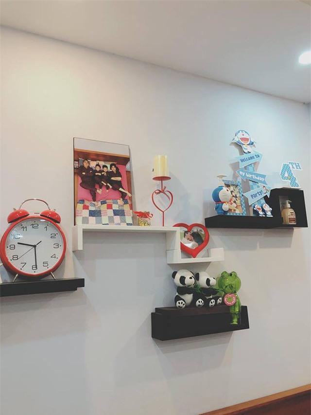 Bức ảnh thú vị được MC Hoàng Linh trang trí trên tường là hình ảnh của cô cùng hai con và một nửa của mình.