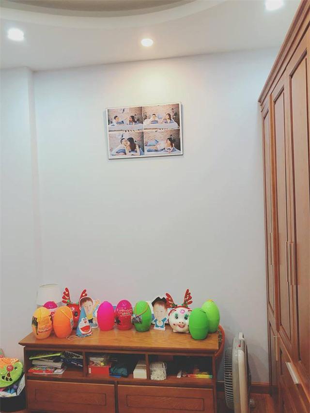 Những bức hình lãng mạn của cặp đôi được trang trí trong phòng...