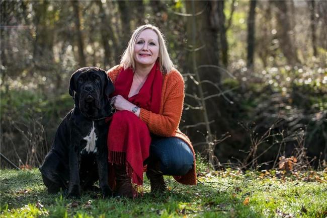 Bị chú chó làm tổn thương mũi, người phụ nữ phải cắt bỏ hẳn một phần gương mặt nhưng vẫn biết ơn thú cưng của mình - Ảnh 2.