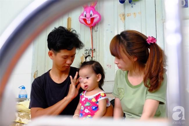 13 tháng trời, đôi vợ chồng nghèo Cà Mau gõ cửa 12 bệnh viện để tìm ra bệnh cho con - Ảnh 1.