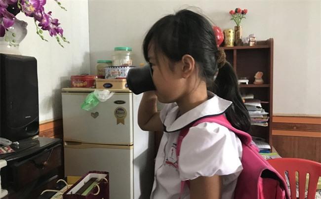 Vụ HS bị ép uống nước giẻ lau bảng: Gia đình bức xúc nói mẹ nữ giáo viên giật kết quả khám - Ảnh 1.