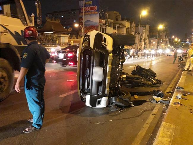 TP.HCM: Ô tô điên mất lái, húc văng người đàn ông đi xe máy rơi khỏi cầu Kênh Tẻ tử vong - Ảnh 2.