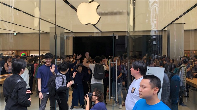 1.000 nguoi noi duoi nhau truoc Apple Store moi mo o Nhat Ban hinh anh 1