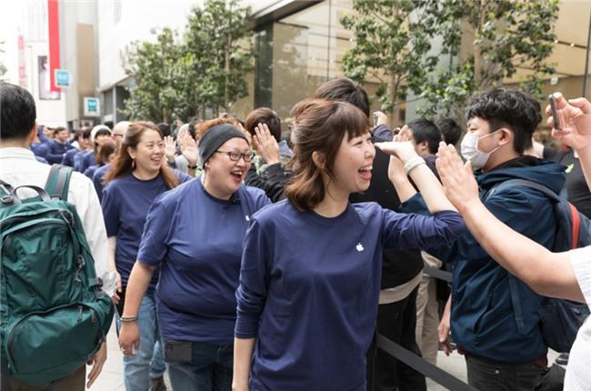 1.000 nguoi noi duoi nhau truoc Apple Store moi mo o Nhat Ban hinh anh 2