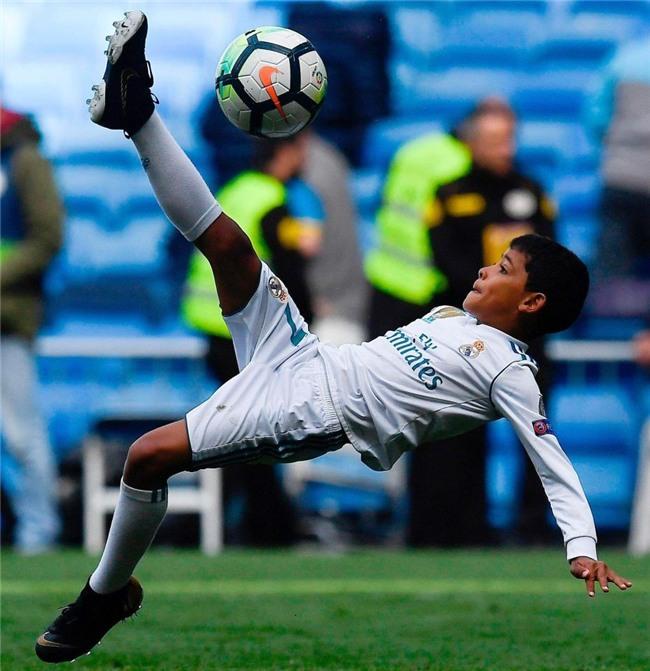 Con trai Ronaldo lần đầu khoác áo Real Madrid, thần thái y hệt bố - Ảnh 1.