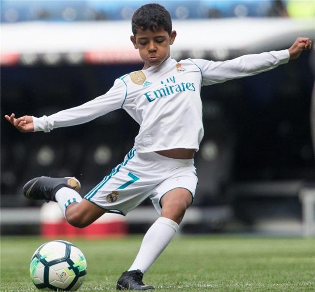 Con trai Ronaldo lần đầu khoác áo Real Madrid, thần thái y hệt bố - Ảnh 2.