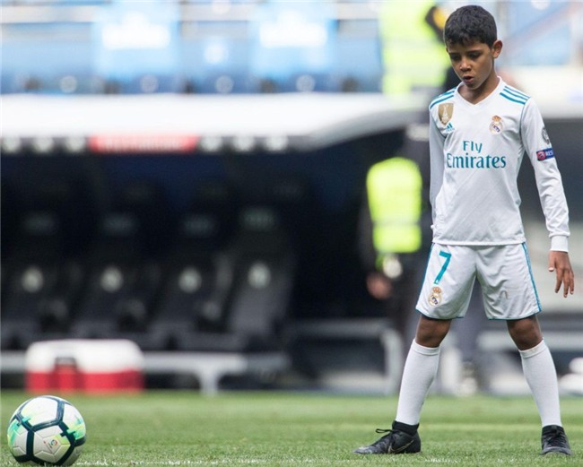 Con trai Ronaldo lần đầu khoác áo Real Madrid, thần thái y hệt bố - Ảnh 3.