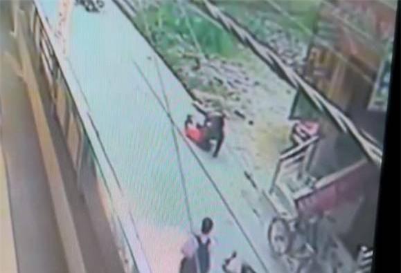Nữ giáo viên bị đâm 20 nhát đến chết, đám đông đứng nhìn dửng dưng - Ảnh 1.