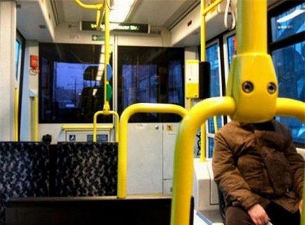 Trong tương lai, người máy đi xe buýt có lẽ là điều không quá xa lạ. Nhưng ở hiện tại, đây chỉ là một hình ảnh trùng hợp thú vị