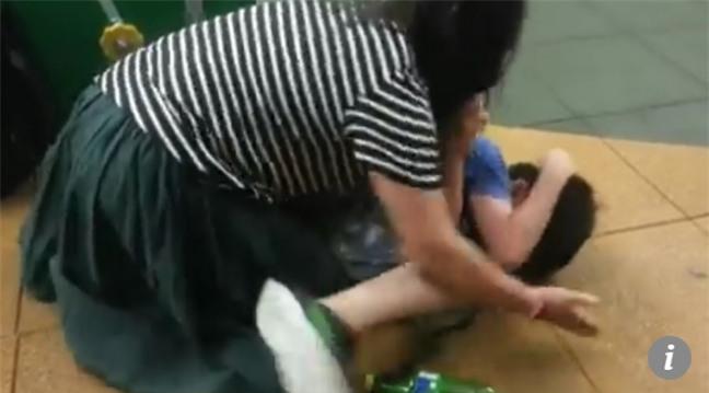 Sự thật gây sốc về hình ảnh những đứa trẻ bị trói chân tay, lột áo nằm dưới nền nhà - Ảnh 2.