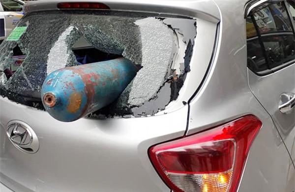 Hà Nội: Bình gas dài cả mét phi thủng xe ô tô khiến nhiều người sợ hãi - Ảnh 2.