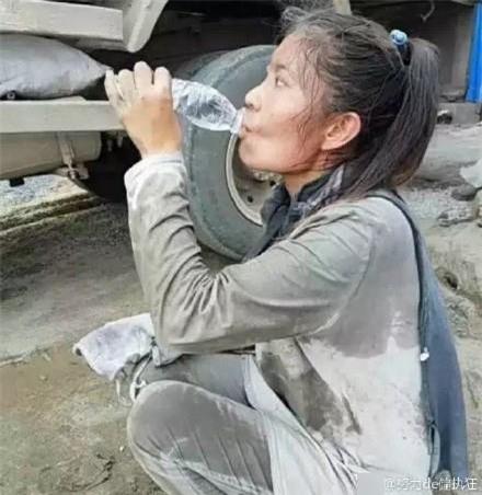 Cô gái 27 tuổi mỗi ngày vác 20 tấn xi măng và câu chuyện cay đắng đằng sau khiến ai cũng mủi lòng - Ảnh 5.