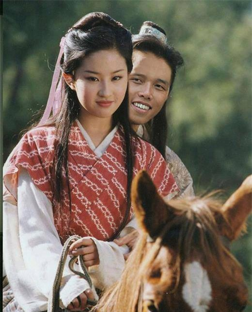 Người Việt duy nhất mặc quần hoa, đi dép lào xuất hiện trong cảnh phim bom tấn Hollywood - Ảnh 8.