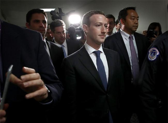 Vi sao Mark Zuckerberg mac vest, ngoi dem cao 10 cm khi dieu tran? hinh anh 1