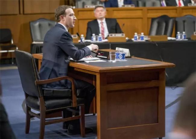 Vi sao Mark Zuckerberg mac vest, ngoi dem cao 10 cm khi dieu tran? hinh anh 2