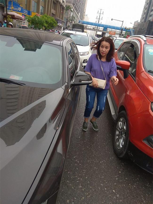 2 ô tô hôn nhau giữa phố chật cứng, cách xử lý của 2 tài xế khiến bao người tán thưởng - Ảnh 2.