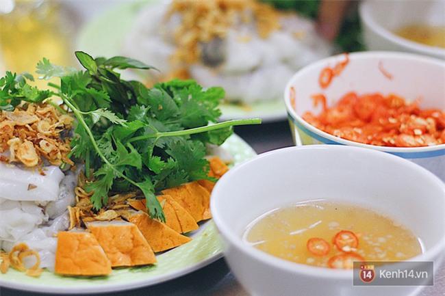 Hàng bánh cuốn lâu năm ở Hà Nội có món nước chấm đặc biệt không hề dùng mắm - Ảnh 2.