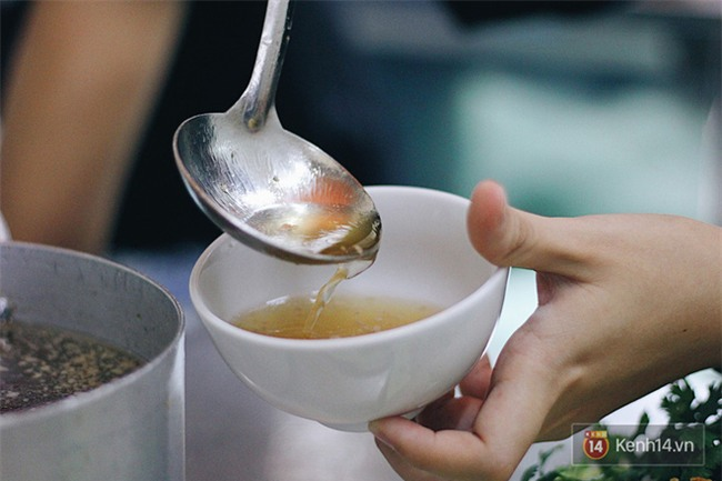 Hàng bánh cuốn lâu năm ở Hà Nội có món nước chấm đặc biệt không hề dùng mắm - Ảnh 7.