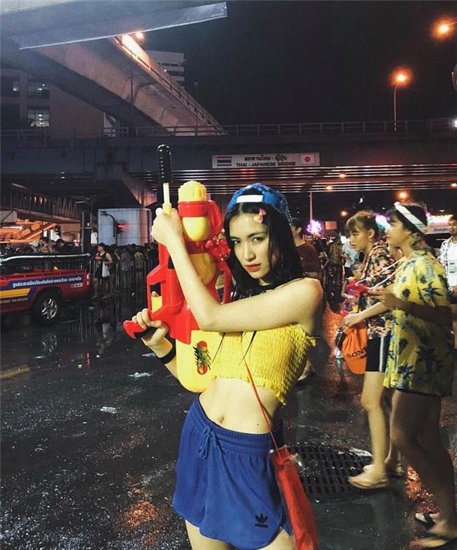 Clip: Trước khi xuống đường bung xoã với hội chị em bạn dì, Hòa Minzy khởi động bằng vũ điệu Thái cực lầy - Ảnh 2.