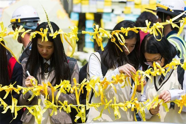 4 năm trôi qua, những câu chuyện buồn từ thảm kịch chìm phà Sewol khiến người dân Hàn Quốc nghẹn ngào nước mắt - Ảnh 6.