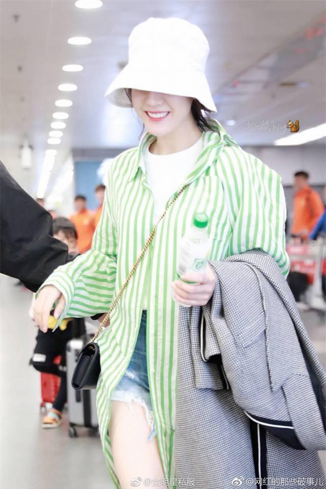 Đội mũ đánh cá, Địch Lệ Nhiệt Ba gây bão tại sân bay vì quá cute khi cười ngặt nghẽo - Ảnh 3.