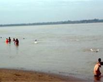 Clip: Người Hà Nội đổ ra sông Hồng giải nhiệt
