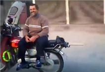 Choáng với clip đi xe máy không cần cầm lái