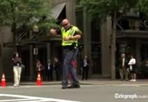 Cảnh sát Mỹ nhảy múa chỉ huy giao thông