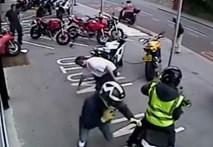 Nhân viên showroom mô tô chống 6 tên cướp hung tợn