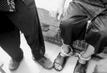 Video: Con bất hiếu xích chân cha già 83 tuổi