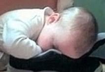 Clip: Cười nghiêng ngả với các kiểu ngủ của bé