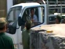 Dân phòng 'đấu gậy' với tài xế xe tải